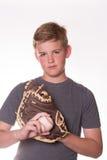 Ernster Junge mit Baseball und Handschuh Stockbild