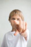 Ernster Junge zeigt Finger auf Sie lizenzfreie stockfotografie