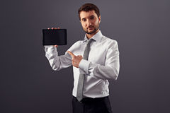 Mann, der Finger auf den Tablette-PC zeigt stockbild