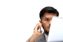 Ernster junger Geschäftsmann, der mit einem Telefon nennt Lizenzfreies Stockfoto