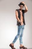 Ernster junger Modemann, der mit der Hand auf ha geht Stockfoto