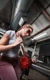 Weiblicher Glaser mit Gegenstand Lizenzfreie Stockbilder