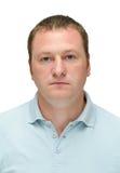 Ernster kaukasischer Mann im hellblauen Hemd Stockfoto