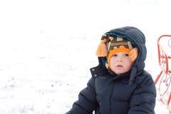 Ernster kleiner Junge im Winterschnee Lizenzfreies Stockfoto