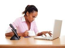 Ernster Kursteilnehmer mit Laptop Lizenzfreie Stockbilder