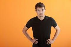Ernster Latino jugendlich stockbild