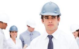 Ernster männlicher Architekt vor seinem Team stockfotografie