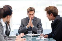 Ernster Manager, der mit seinem Team spricht Stockbilder