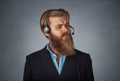 Ernster Mann, der als Kundendienst arbeitet lizenzfreies stockfoto