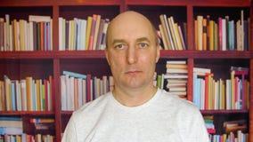 Ernster Mann in der Bibliothek stock footage