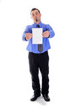 Ernster Mann im Hemd und Bindung, die leere Karte hält Stockfoto