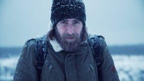 Ernster Mann mit Bart im Schnee stock video footage
