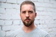 Ernster Mann mit einem Bart Stockfotos