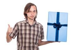 Ernster Mann mit großem Geschenk Lizenzfreie Stockfotografie