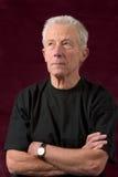 Ernster schauender älterer Mann beiläufig gekleidet lizenzfreie stockbilder
