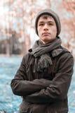 Ernster Teenager im sonnigen Park des Herbstes Stockfotografie