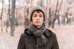 Ernster Teenager im sonnigen Park des Herbstes Lizenzfreies Stockfoto
