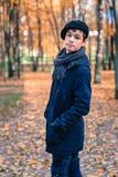 Ernster Teenager im sonnigen Park des Herbstes Lizenzfreie Stockbilder