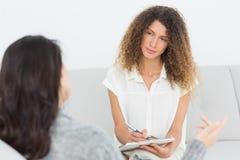Ernster Therapeut, der auf ihren Unterhaltungspatienten hört Lizenzfreie Stockfotografie