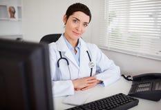 Ernster weiblicher Doktor, der die Kamera betrachtet Stockfotos