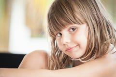 Ernstes blondes kaukasisches kleines Mädchen, Nahaufnahme Lizenzfreies Stockfoto