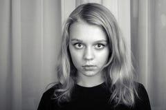 Ernstes blondes kaukasisches Mädchen, Studioporträt Lizenzfreie Stockfotos