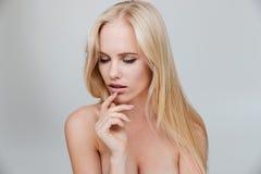 Ernstes blondes Mädchen mit der geschlossenen Augenaufstellung Stockfotos