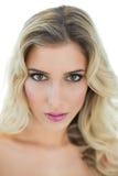 Ernstes blondes Modell, das leidenschaftlich Kamera betrachtet Lizenzfreie Stockfotografie