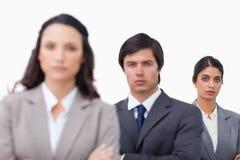 Ernstes businessteam mit den gefalteten Armen Stockfoto