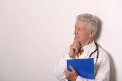 Ernstes Doc. in einem weißen Mantel Stockbild