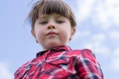 Ernstes kleines Mädchen stockfotos