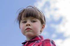 Ernstes kleines Mädchen stockbild