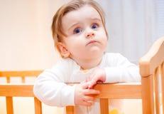 Ernstes kleines Mädchen lizenzfreie stockfotos