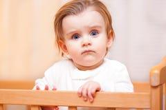 Ernstes kleines Mädchen stockfotografie