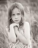 Ernstes kleines Mädchen auf dem Gebiet Lizenzfreie Stockbilder