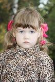 Ernstes kleines Mädchen betrachtet Kamera Stockfoto