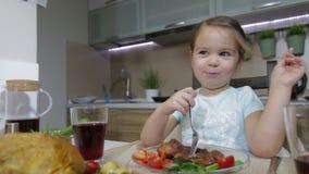 Ernstes kleines Mädchen, das Familie zu Abend isst stock video footage