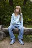 Ernstes kleines Mädchen neun Jahre alt Stockfoto