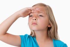 Ernstes Mädchen, das nach vorn schaut Lizenzfreie Stockfotos