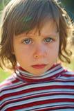 Ernstes Mädchen im Sonnenlicht Stockfoto