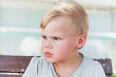 Ernstes nettes kaukasisches blondes Baby Stockfotografie
