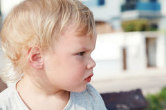 Ernstes nettes kaukasisches blondes Baby Lizenzfreie Stockfotos