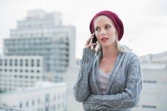 Ernstes recht blondes am Telefon draußen Lizenzfreie Stockfotos
