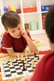 Ernstes Schachspielerkind Stockbild