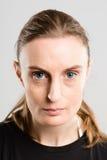 Definitions-Grau backgrou der ernsten Leute des Frauenporträts wirklichen hohes lizenzfreie stockfotografie