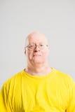 Definitions-Grauhintergrund der glücklichen Leute des Mannporträts wirklichen hoher Stockbilder