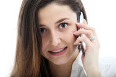 Ernsthafte Frau, die auf Handy spricht Stockfotografie