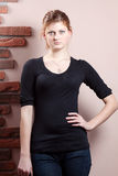 Ernsthafte Frau im schwarzen Hemd Stockbild