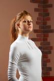Ernsthafte Frau im weißen Hemd Stockfotos
