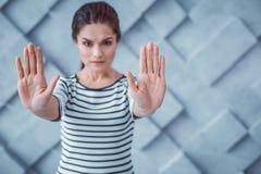 Ernstig actief wijfje die aanvallen met haar handen tegenhouden stock foto